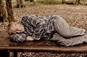 Schlafkrankheit und ihr Folgen - Mann schläft auf Parkbank