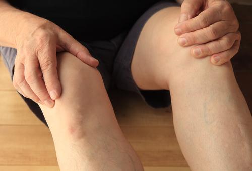 Mann mit Sehnenentzündung am Knie - Symptome und Therapie