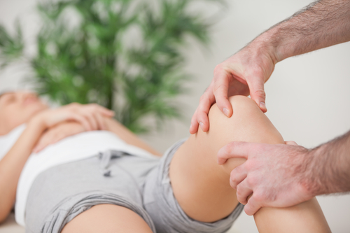 Knie ausgekugelt (Kniegelenksluxation) - Symptome und Therapie