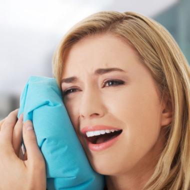 Frau leidet an Kieferentzündung