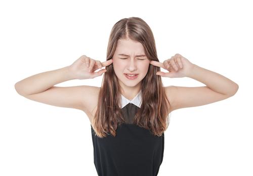 Klopfgeräusche im Ohr hören