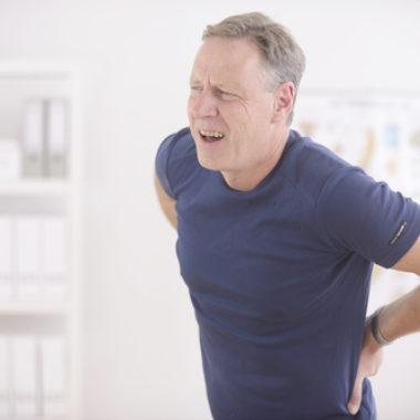 Mann leidet beim Atmen an Rückenschmerzen