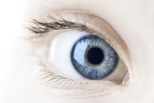 Frau mit großen Pupillen