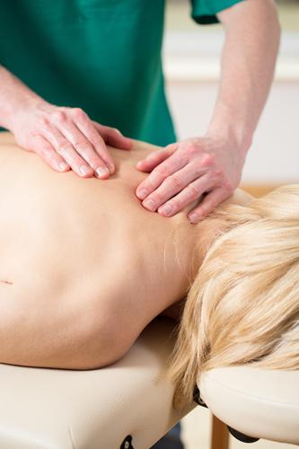 Wie zeigen sich typische Schmerzen durch die Brustwirbelblockade?