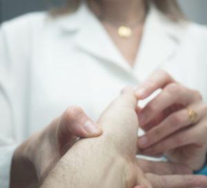 Fingergelenkschmerzen – Behandlung und Therapie