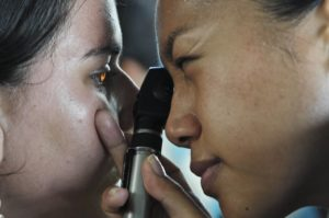 Mückenstich am Auge – wie behandeln und was beachten?