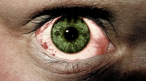 Stechen im Auge – Ursachen und Hilfe