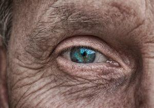 Falten unter den Augen – Ursachen und Behandlung