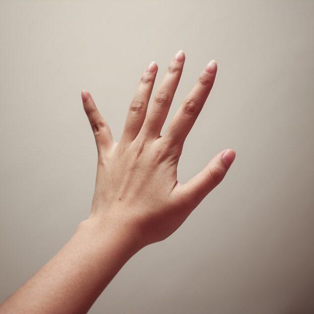 Schmerzen am Handrücken – ein Grund zur Besorgnis?