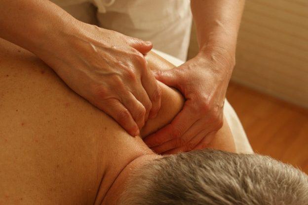 Schulterzerrung – Ursachen, Anzeichen und Behandlung