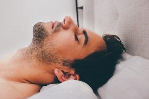 Zucken im Schlaf – Behandlung und mögliche Ursachen