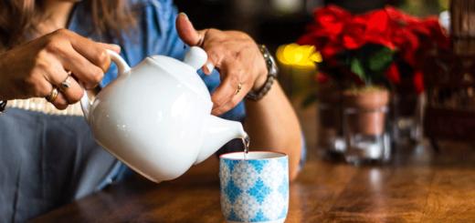 Viel Tee trinken hilft bei einer Stimmbandentzündung