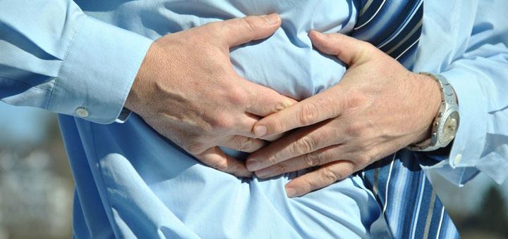Bauchschmerzen können ein Hinweis auf einen Darminfekt sein