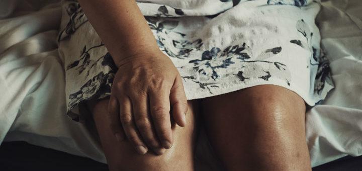 Schmerzen in der Kniekehle können auf eine Bakerzyste hinweisen