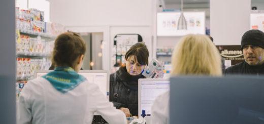 Menschen lassen sich ein Medikament gegen ein Kassenrezept ausstellen