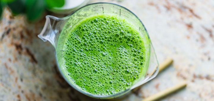 Vitamin K kann zum Beispiel durch einen grünen Smoothie aufgenommen werden
