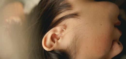 Ohr einer Frau mit Ekzem