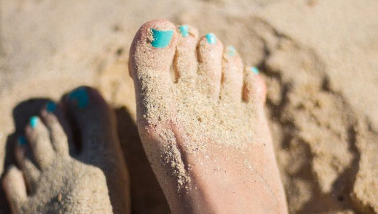 Barfuß laufen im Sand für gesunde Füße