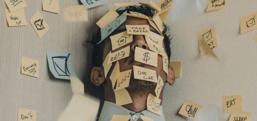 Junger Medizinstudent hat Stress und liegt mit Post-Its am Boden