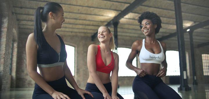 Frauen machen zusammen Sport ohne Muskelkater in der Schwangersxhadr