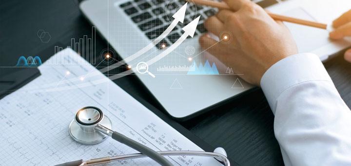 Arzt mit Computer während Online-Sprechstunde