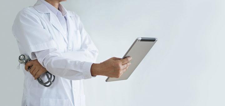 Arzt während Online-Sprechstunde mit I-Pad
