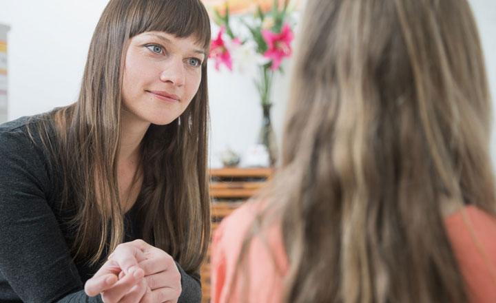 Heilpraktikerin Stefanie Wild bespricht die Homöopathie mit einem Kind