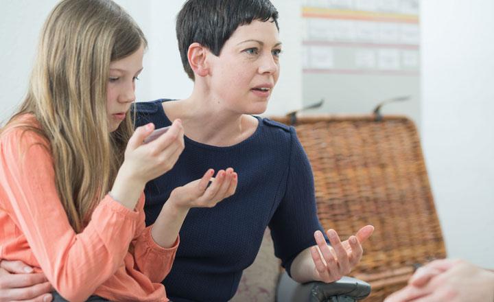 Mädchen beschreibt Schmerzen an Händen bei Erstgespräch für Homöopathie bei Kindern