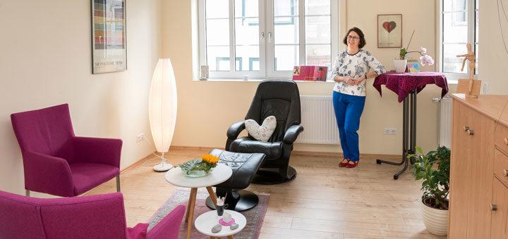 Monika Becker in ihrer Praxis