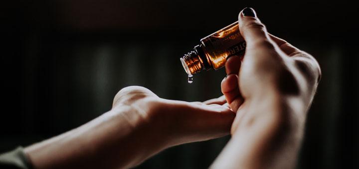 Hautpflege-Produkt mit CBD wird mit den Händen aufgetragen