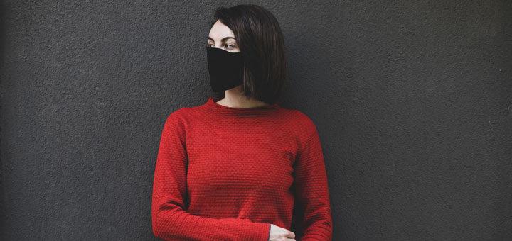Frau schützt andere vor dem Pfeifferschen Drüsenfieber