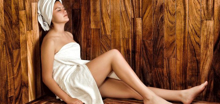 Frau sitzt in Dampfsauna und entspannt