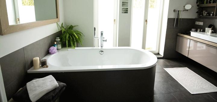 Ein Badezimmer, dass mit Badewannenlifter auch für Senioren geeignet wäre