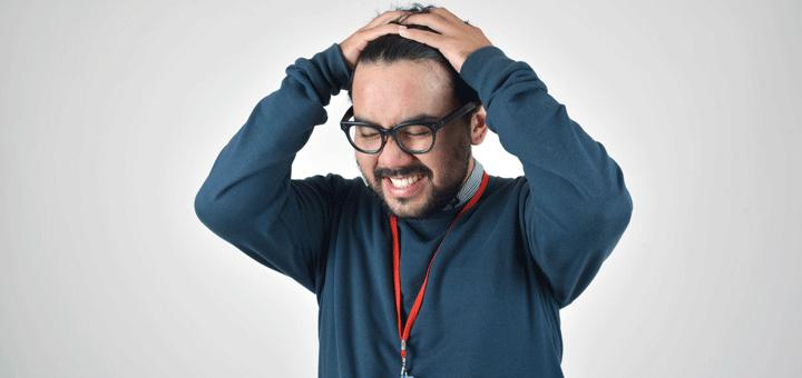 Mann leidet unter Konzentrationsschwäche und rauft sich deswegen die Haare