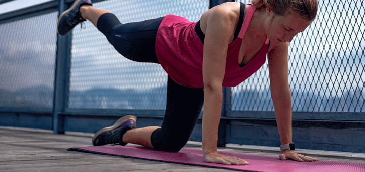 Frau macht Yoga für ihre Gesundheit