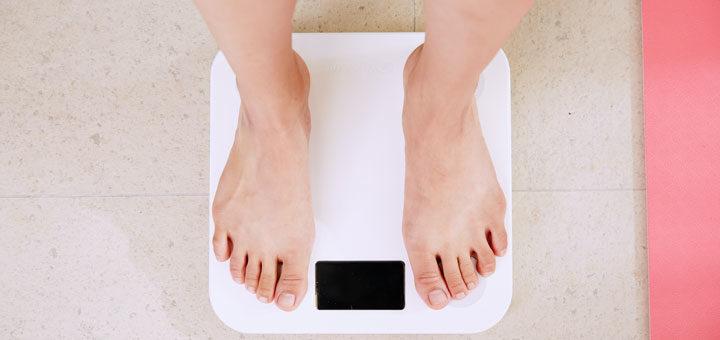 Waage gibt Daten um Kalorienumsatz zu berechnen
