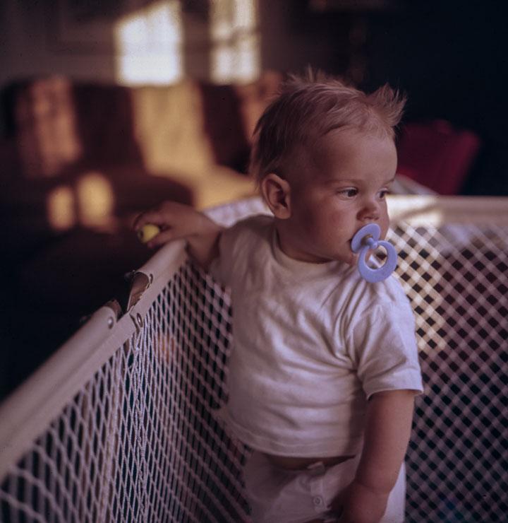 Kind mit Schnuller, damit es mit dem Daumen lutschen aufhört