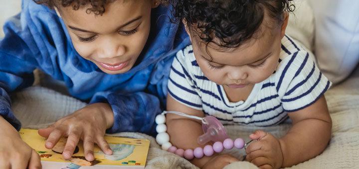 Kinder mit Schnuller ohne Daumen zu lutschen