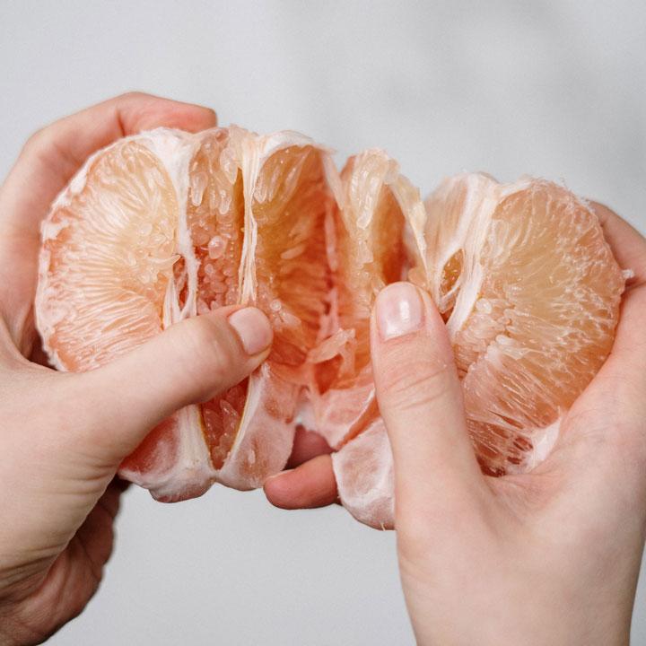 Grapefrüchte mit Kernen werden geschält für das Grapefruitkernextrakt