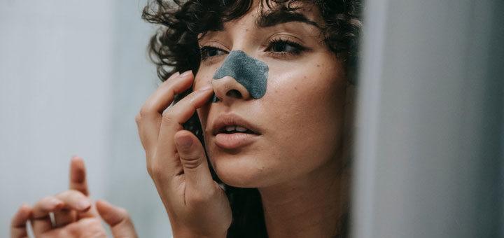 Frau benutzt Pads für die Nase nach OP
